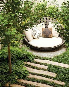 Ronde lounge bank voor in de #tuin. Voor meer tuin inspiratie, kijk op www.wonen.nl/tuin