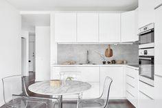 Södermalm kök kitchen white vit marmorbord marmorvägg marbel philip starck