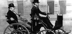 Fahren ohne Führerschein: Auf diesem Foto lässt sich Gottlieb Daimler von seinem Sohn Adolf in der Motorkutsche chauffieren. Einen Führerschein hatte keiner der beiden. Carl Benz hingegen ließ sich 1888 vom Großherzoglichen Bezirksamt Mannheim den ersten Führerschein ausstellen.