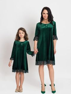 Mama poarta masura are inaltimea 170 cm. Romania, Cold Shoulder Dress, Dresses With Sleeves, Long Sleeve, Green, Handmade, Design, Fashion, Moda