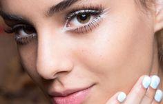 Tra le tendenze trucco primavera estate 2015 prevale un trucco base effetto naturale accompagnato da ombretti dalle tonalità chiare e calde, come azzurro acqua, azzurro pastello e porpora, o dalle tonalità più scure come grigio, nero carbone e marrone. Ricorrente è l'utilizzo di ombretti dai colori accesi per ottenere un effetto fash. Linee sottili o marcate di eyeliner nero vengono applicate per risaltare gli occhi e definirne la forma. Il rossetto spazia dalle diverse tonalità del marrone…