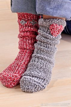 Use your sock loom to weave some Christmas cheer everything from festive stockings to cute vase cozies.