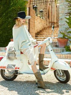 Vespa Bike, Motos Vespa, Piaggio Vespa, Lambretta Scooter, Vespa Scooters, Motor Scooters, Italian Women Style, Italian Scooter, Scooter Girl