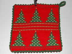 De här grytlapparna är stickade på en rundsticka och har samma mönster på båda sidorna. Crochet Potholders, Knit Crochet, Pot Holders, Textiles, Knitting, Tips, Christmas, Clothes, Yule