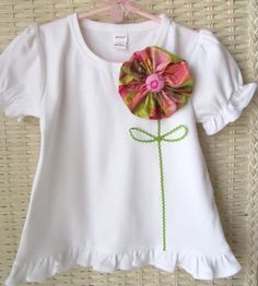 Would love to make something like this with a crochet appliqué flower. Sewing For Kids, Baby Sewing, Sewing Clothes, Diy Clothes, Little Girl Dresses, Girls Dresses, T Shirt Diy, Personalized T Shirts, Fabric Flowers