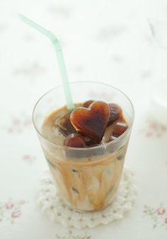 ハートのコーヒー氷に冷たい牛乳を注いだ、アイスカフェオレ。/ハートクローバーシリコン型でできる スイーツ&料理(「はんど&はあと」2012年2月号)