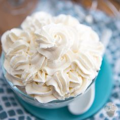 Perfect Chantilly Whipped Cream is one of those essential recipes that you absolutely need to master. Learn how with these easy step-by-step instructions Stabilized Whipped Cream Frosting, Keto Whipped Cream, Strawberry Whipped Cream, Making Whipped Cream, Homemade Whipped Cream, Vegan Ice Cream, Crusting Buttercream, Recipes With Whipping Cream, Cream Recipes
