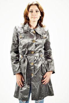Trenci Dama Super Look  -Trenci dama din material usor si lucios. Cordon detasabil.  -Se inchide cu fermoar si nasturi.  -Detaliu - buzunare stil gogosar. Military Jacket, Coat, Jackets, Fashion, Down Jackets, Moda, Field Jacket, Sewing Coat, Fashion Styles