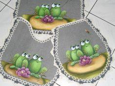 Jogos de banheiro contendo 3 tapetes emborrachados pintados a mão com muito…                                                                                                                                                                                 Mais