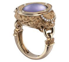 Драгоценные камни несомненно обладают магическими свойствами. Если у Вас остались какие- то сомнения на этот счет – взгляните на наше кольцо с бриллиантами и аметистами. Могущественные драконы из золота охраняют мистический аметист, который является символом «третьего глаза» и издавна считался источником умиротворения.