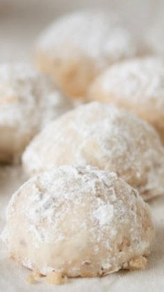 Cookies Mexican Wedding Cookies ~ These nutty, buttery, melt-in-your-mouth cookies are always a guaranteed crowd pleaser.Mexican Wedding Cookies ~ These nutty, buttery, melt-in-your-mouth cookies are always a guaranteed crowd pleaser. Easy Cookie Recipes, Mexican Food Recipes, Sweet Recipes, Baking Recipes, Dessert Recipes, Mexican Sweet Breads, Mexican Bread, Mexican Desserts, Top Recipes