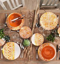 L'arancione e il giallo, colori del sole, del grano e del fuoco, e i tipici decori astratti dell'America Latina: è ιɴcαѕ, la linea che porta in tavola tutta l'energia dell'estate! America Latina, Inca, Estate, Table Settings, Table Top Decorations, Place Settings, Dinner Table Settings, Setting Table