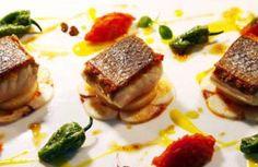 Lubina salvaje con pulpo a la gallega, sofrito de tomate, pimientos de Padrón y salsa de pimiento amarillo