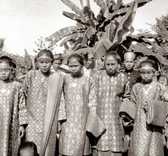 COLLECTIE TROPENMUSEUM Een groep meisjes in adatkleding te Muaralakitan Palembang Zuid-Sumatra.