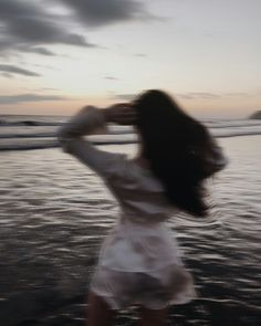 Blurry Girl at the Ocean Aesthetic Photo, Aesthetic Girl, Aesthetic Pictures, Shooting Photo, Foto Pose, Jolie Photo, Photography Poses, Photoshoot, In This Moment