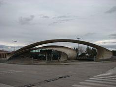 """La """"Patata Frita"""". La moderna Estación de Autobuses de Casar de Cáceres es chulísima. Su diseño no es casual ni caprichoso, está pensada, por ejemplo para evacuar los humos de escape de los vehículos fuera de los pulmones de los viajeros. ¡¡Me encanta la """"Patata Frita del Casar""""!!"""