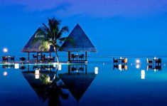 出典:http://www.ab-road.net どこまでも続く真っ青な海と抜けるような空、まるで時計なんて存在しないかのようにゆっくりゆっくり流れる時間、そして世界に1人しかいない大好きなあの人・・・そんな夢のような時間を過ごすことができる憧れの島『モルディブ』。 そんなモルディブの魅力を美しい写真と共に、ご紹介します! 1.『イター・アンダーザシー・レストラン』 出典:http://www.maldives-tour.jp ランガリ島の『コンラッド・モルジブ・ランガリ・アイランド(Conrad Maldives Rangali Island)』にある、ガラスに囲まれた水中レストラン『イター・アンダーシー・レストラン(Ithaa Undersea Restaurant)』。結婚式を挙げることも可能です。 2.『フヴァフェンフシ・スパ・リゾート』 出典:http://www.maldives.cx 北マーレ環礁にあるホテル『フヴァフェンフシ・スパ・リゾート(Huvafen Fushi…