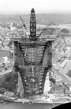 Southern arch, Sydney Harbour Bridge, from northern creeper crane, 1930. Photo: Ted Hood.