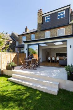 0558 - Rear extension in Surbiton. A single storey rear extension has been added to a family house in Surbiton. The new space is light and open. House Extension Design, Extension Designs, Roof Extension, House Design, Terraced House, Terraced Backyard, Terrace Decor, Terrace Design, Modern Patio Doors