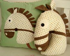 Kit Almofadas - Cavalinho são peça SUPER FOFAS para a decoração do quarto do seu bebê. Kit é composto por: 1 Almofada quadrada com aplicação de Cavalinho; e 1 Almofada de Cavalinho. Baby Room, Sunglasses Case, Hello Kitty, Baby Kids, Pillows, Sewing, Crafts, 1, Handmade Cushions