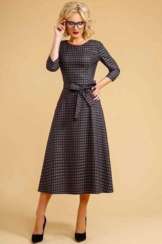 Платье Euromoda: 114   Платье выполнено из плательной ткани, отрезное по линии талии , верх изделия прилегающий декорирован ярким кантом.