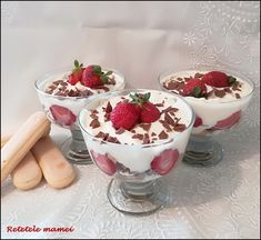 Desert la pahar cu cremă și căpșuni Creme Dessert, The Breakfast Club, Yams, Happy Easter, Panna Cotta, Sandwiches, Deserts, Dinner Recipes, Pudding