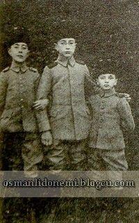 Osmanlı Hanedan Fotoğrafları Abdulhamid II - (Soldan sağa) Şehzade Mehmet Selim'in oğlu Abdulkerim efendi, Abid efendi   ve Abdulkadir Efendi'nin oğlu Orhan efendi.
