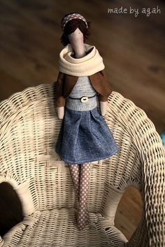 What a chic doll! reminds me of the way my daughter wears her scarves.
