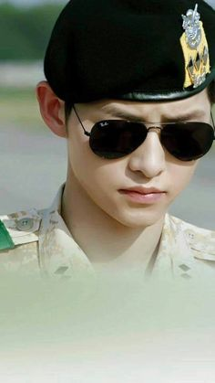 Being captain in the military never looked so good. Song Joong Ki as Capt Yoo Si Jin in Descendants of the Sun. Park Hae Jin, Park Seo Joon, Drama Korea, Korean Drama, Asian Actors, Korean Actors, Kdrama, Soon Joong Ki, Decendants Of The Sun