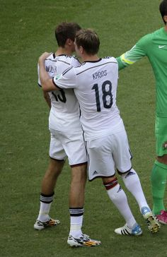 Thomas Müller and Toni Kroos Fifa 2014 World Cup, Toni Kroos, Football Players, Real Madrid, Soccer, Cuddling, Amor, Physical Intimacy, Soccer Players