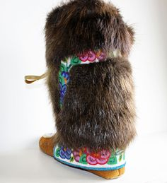 We sell handmade authentic native art and crafts made by the Tłı̨chǫ, including First Nations and artists from the Northwest Territories. Beaded Shoes, Beaded Moccasins, Beading Projects, Diy Projects, Crafts To Make, Arts And Crafts, Fur Lined Boots, Bead Sewing, Native American Crafts