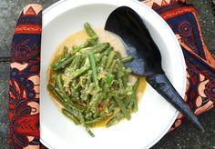 Probably the most famous vegetable recipe in Indonesian cuisine: sambal goreng buncis. This is a dish made of green beans sautéed in a spicy coconut sauce. Green beans simmer in a broth made out of garlic, onions, galangal, coconut and lemon grass. I add petai beans today too. That is not an ingredient in the original recipe, but I love petai beans and they go well with green beans.