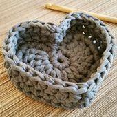Körbchen in Herzform aus Hoooked Zpagetti Textilgarn. Knitting TechniquesKnitting For KidsCrochet ProjectsCrochet Amigurumi Crochet Home, Crochet Gifts, Crochet Yarn, Crochet Stitches, Crochet Basket Pattern, Knit Basket, Crochet Patterns, Crochet Baskets, Knitting Patterns