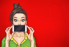 Menina com o telefone na mão no estilo cômico Imagem de Stock