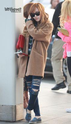 JESSICA 格子襯衫+牛仔破損褲+大毛衣外套+亮色包包+休閒鞋