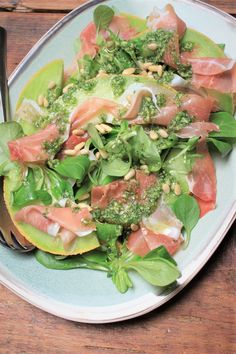 Saladerecept van Foodblog Foodinista Meloen met ham en pestodressing Parma Ham, Strawberry Lemonade, Avocado Toast, Cobb Salad, Broccoli, Fruit, Breakfast, Ethnic Recipes, Food