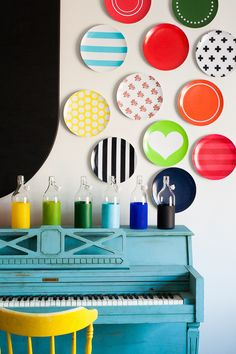 diy wall art with decorative plates a light blue piano with colorful plates hung above it Plate Wall Decor, Wall Decor Design, Wall Art Designs, Plates On Wall, Diy Wand, Diy Wall Art, Diy Wall Decor, Macrame Wall Hanging Patterns, Pottery Painting Designs