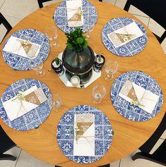 Sousplats 704 Home com estampa exclusiva para a festa + save the date personalizado + centros de mesa escolhidos através de curadoria dos objetos de família.