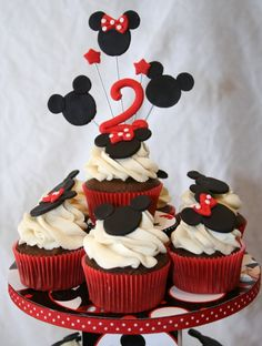 Minnie and Mickey Cupcakes - red ribbon around the cupcake stand