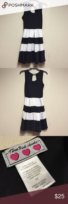 Black and white dress Black and white dress with a peek a boo hole in the back very flowy and comfortable only worn once Dresses