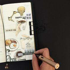 【page 23 • LIFE BEGINS WITH COFFEE 】  11/12·第一次逛逛台北的假日市集-大好青空。 週末前陸續看見FB頁面的時常在這裡、HOOKED COFFEE為了這個市集準備的照片公佈,地點就在離家近的陽明山馬上拜託家人星期六一定要早起一起去這裡看看,可惜我們抵達時還是晚了,時常在這裡的手作點心早就銷完;再往前走看到排隊的人潮在Hooked Coffee攤位前,我和姊姊趕快排在隊伍後面,快輪到我們時還不斷聽到「咖啡豆快沒了喔」「什麼什麼快賣光嘍」的耳語,還好排到時我們依然買到兩杯手沖、一杯卡布和一杯好驚豔的冰荔枝espresso! @hookedcoffee 著迷咖啡 是由三位咖啡師組成的一個精品咖啡外燴,分別是 @scenehomeware 光景 @pharos_coffee 引路咖啡 和 @worldcoffeeshops 空少的咖啡之旅 他們在這個領域各有不同的專業和特色,結合在一起真的很精彩喔!那天現場搬來的黃銅手沖架正是我之前有介紹過很喜歡他們店裡擺售咖啡器具的光景。  11/13·小米酒咖啡館6年了。…