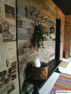 Toteutimme pihasaunan pukuhuoneen remontin pienellä budjetilla. Seinissä on käytetty vanhaa lautaa ja Suomen kuvalehtiä 40 -luvulta.