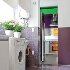 Raio x desta lavanderia - Piso e paredes: pastilhas de vidro (2 x 2 cm, ref. HF60, da Colormix) cobrem o espaço (na parede, até 1,20 m de altura). Paredes (parte superior): laminado texturizado branco (Marcenaria Yamato). Portas: receberam tinta esmalte roxa até 1,20 m (ref. Suco de Uva, da Suvinil). Iluminação: dimerizável, com spots de alumínio que correm em trilho (Reka). Lavadora: tem abertura frontal e capacidade para 5 kg de roupas (Electrolux).