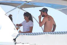 Una tripulante del yate, sirviendo zumo a Leo Messi. FOTO: GTRES