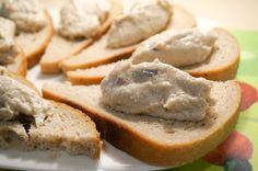 Форшмак – традиционная еврейская закуска. Существует немало тонкостей в приготовлении этого замечательного блюда. Например сельдь – она должна быть слабосоленой и желательно жирной. Если Вам попалась соленая сельдь, то её следует вымочить пару часов в молоке или чае. Яблоки для фаршмака, желательно брать кислые, антоновку или семеринку. Хлеб можно заменить отварным картофелем, а обжаренный лук […]