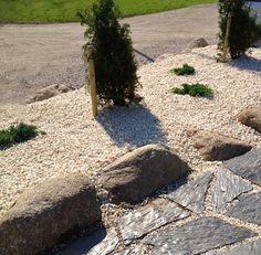 Luonnonkivi, liuskekivi ja valkoinen kivirouhe ovat näyttävä yhdistelmä. Rohkeasti yhdistellen! Aalman Oy - kivityöt, p. 0400 159 434