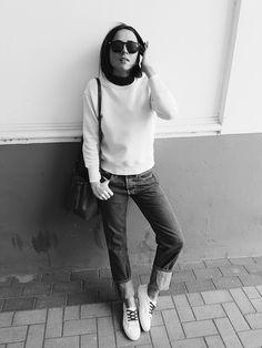 Die Sandro x Superga SS16 Kollektion könnt ihr online auf Sandro-paris.com und Superga.fr ergattern. Mein Lieblingsmodell seht ihr hier sommerlich leicht zur Jeans und schlichtem Jumper kombiniert. Der Farbklecks der Schnürsenkel gibt ganz von alleine den gewissen Outfit-Twist: http://www.blogger-bazaar.com/2016/04/03/sadroxsuperga/ Lena Lademann / Blogger Bazaar / Streetstyle
