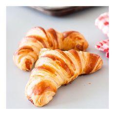 Ce matin c'est croissant pour tout le monde! Happy Vendrediiii! 💞 #maisongaja #hello #friday #happyfriday #bag #bags #foodie #frenchtouch #enjoy #sharethelove #lavieenrose #croissant #miam