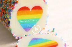 Se filmen från Eugenie Kitchen hur du medmördeg, hushållsfärg och/eller pastafärg och strössel skapar dessa fantastiska kakor! https://scontent.cdninstagram.com/t50.2886-16/12686116_1712875442261883_329394079_n.mp4 Bildkälla till Instagram Länk till hemsidan där det finns recept och beskrivning på engelska.