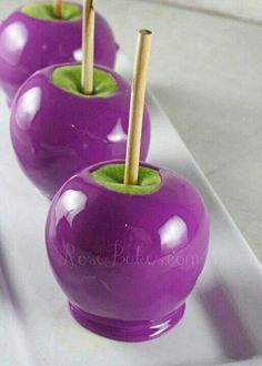 to Make Purple Candy Apples How to Make Purple Candy Apples, not my favorite flavor but I think the family would love it.How to Make Purple Candy Apples, not my favorite flavor but I think the family would love it. Halloween Fruit, Halloween Punch, Halloween Food For Party, Halloween Treats, Happy Halloween, Purple Halloween, Spirit Halloween, Halloween Baking, Halloween Drinks